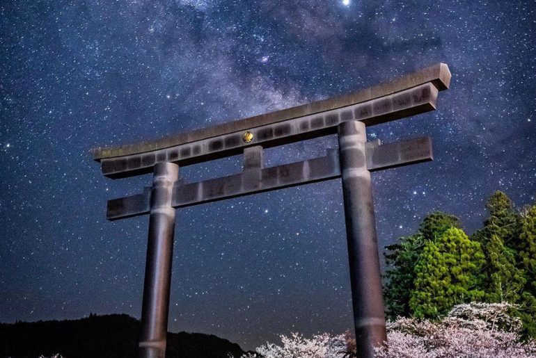 Explore Wakayama and find the biggest torii gate in Japan at Oyunohara! @kou_cam...