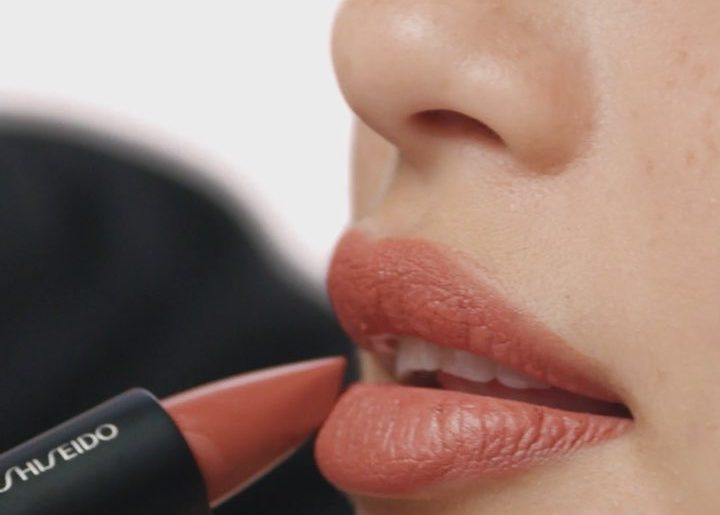 Skip lip liner and create a perfect pout using ModernMatte Powder Lipstick's ang...