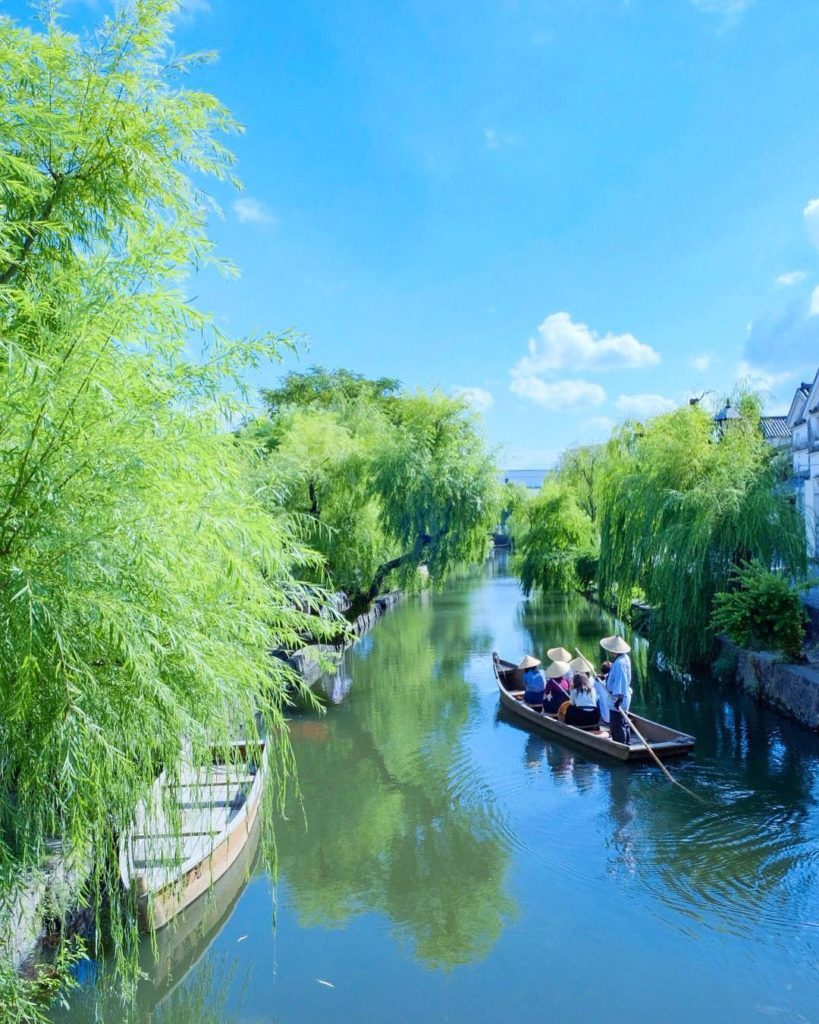Get on board a riverboat and enjoy the atmospheric scenery along the #KurashikiR...