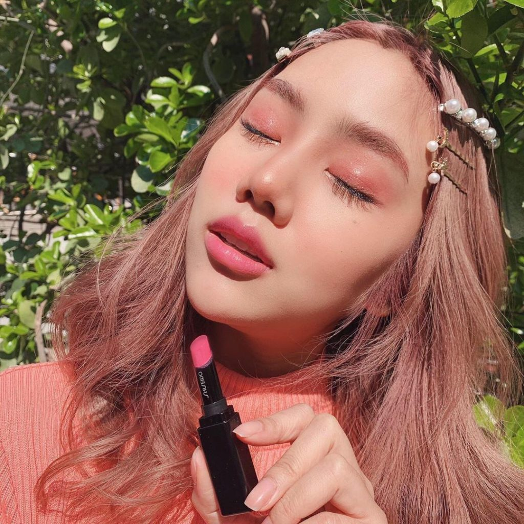 Get glowing like @architasiri with ColorGel LipBalm, a hydrating balm for summer...