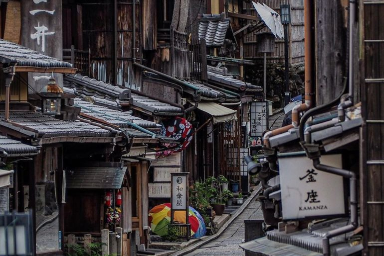 Kyoto's charming streetscapes never disappoint - we'll always love the step back...