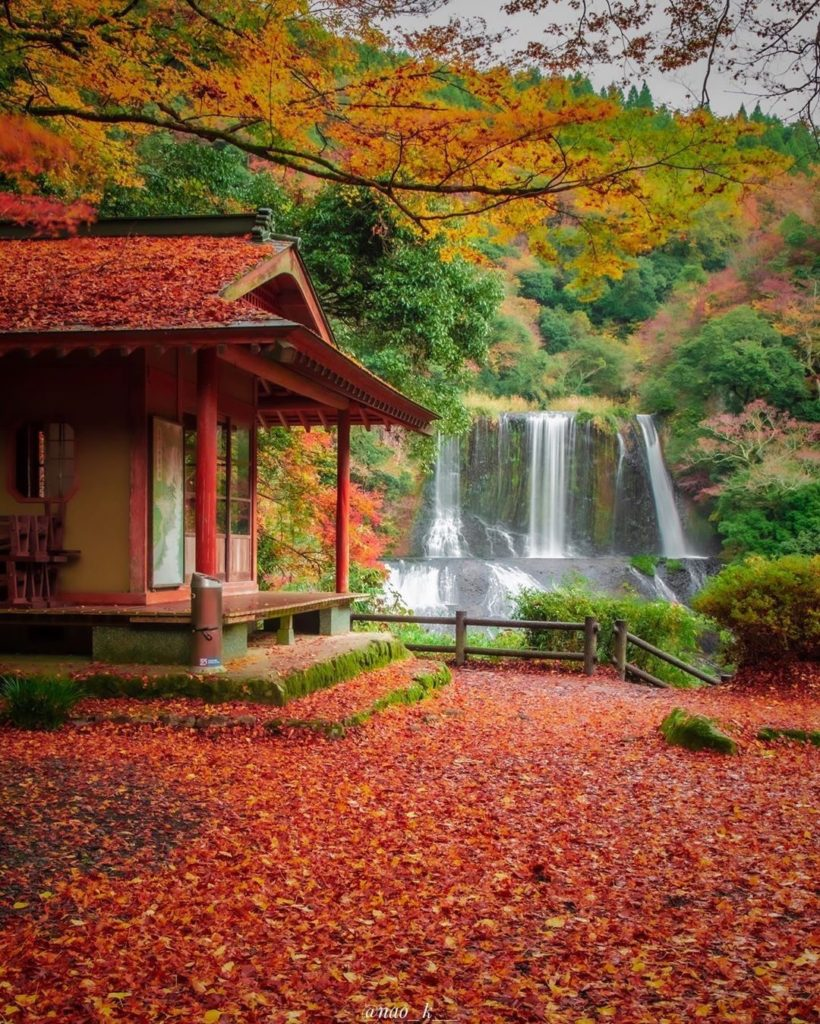 A gorgeous shot of the Ryumon Falls in autumn by the talented @nao_k__  Follow @...